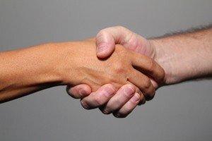 dar a mão