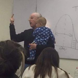 o-professor-sydney-engelberg-segura-no-colo-bebe-de-estudante-1431462336538_300x300