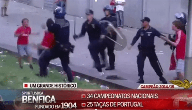 policia a espancar