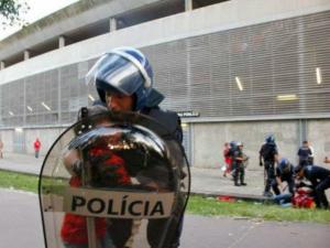 policia protege criança