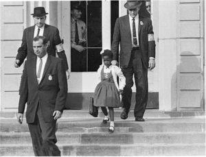Ruby Bridges no caminho da escola escoltada por US Marshals